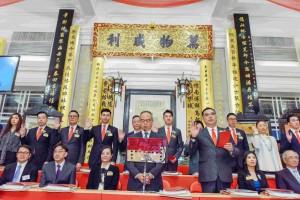 圖一:東華三院丁酉年董事局主席李鋈麟博士太平紳士(前排右三)聯同董事局成員宣誓就職。