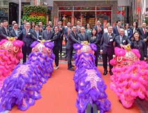 圖三:民政事務局局長劉江華太平紳士、丁酉年董事局成員及其他嘉賓主持點睛儀式及欣賞醒獅表演。