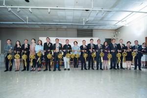 圖一:東華三院主席兼名譽校監李鋈麟博士太平紳士(左七)、主禮嘉賓香港教育大學文化與創意藝術 學系副教授譚祥安博士(左八)及董事局成員主持剪綵儀式。