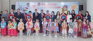 東華三院主席兼校監李鋈麟博士太平紳士(後排左七)、董事局成員、一眾嘉賓及幼稚園的學生代表於開展禮上合照。