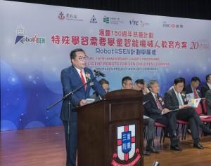 東華三院主席兼名譽校監李鋈麟博士太平紳士於開展禮中致辭。