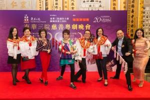 图二为一众慈善演出嘉宾与鸣芝声剧团台柱盖鸣晖小姐(左四)及吴美英小姐(左三)于记者会上合照。