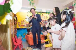 圖四為東華三院癸酉年主席黃士心太平紳士多年來一直支持及關心學校的發展,並於校慶典禮上與眾學生同樂。