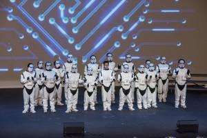 學生於聯校畢業典禮上表演。