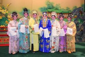 圖七為一眾慈善演出嘉賓與鳴芝聲劇團台柱蓋鳴暉小姐合照。
