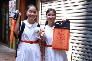 图十二及十三为炎热的天气阻挡不了志愿者的爱心,多达12,000名志愿者参与东华三院卖旗日。