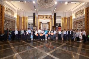 图一为东华三院主席李鋈麟博士太平绅士(左十五)、董事局成员、人气插画师Hello Wong(左十六)及其它志愿者在出发卖旗前大合照。
