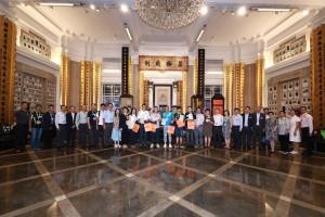 圖一為東華三院主席李鋈麟博士太平紳士(左十五)、董事局成員、人氣插畫師Hello Wong(左十六)及其他義工在出發賣旗前大合照。