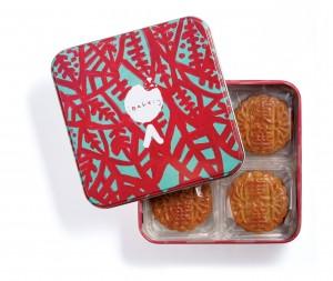 1罐4個獨立包裝的迷你蛋黃低糖白蓮蓉月餅,餅罐「淺綠色樹葉」是由東華三院「愛不同藝術」陳詩敏親手繪畫。