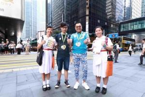 图三为东华三院李鋈麟博士太平绅士(右二)与人气插画师Hello Wong(左二)在酷热天气下仍走访各个地点,为志愿者学生打气。