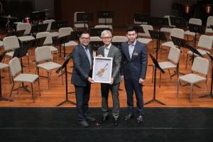 东华三院主席李鋈麟博士太平绅士(左一)在第四副主席谭镇国先生(右一)陪同下颁赠纪念品予主礼嘉宾