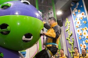 圖三及四為董事局成員與及藝人分成兩隊進行小型競技挑戰賽,一眾嘉賓玩得相當投入。