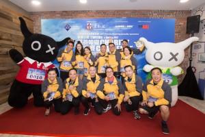 图五为两队打成平手,由东华三院主席李鋈麟博士太平绅士(后排右三)、LGT皇家银行代表文可怡小姐(后排左三)致送奖杯予得奖队伍。