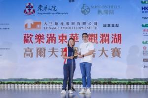 女子组「个人总杆奖」次日比赛冠军李先梅小姐(左),以杆数74杆夺奖。