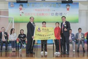 获选参加日本文化交流团2017的有品足球大使代表接受委任状及锦旗。
