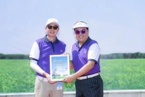 东华三院主席李鋈麟博士太平绅士(右)致送纪念品予冠名赞助机构代表马清扬副主席(左)。