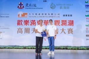 男子組「個人總桿獎」次日比賽冠軍李發新先生(左),以桿數77桿勇奪獎項。
