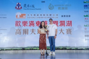 女子組「個人總桿獎」首日比賽冠軍曹春玲小姐(左),以桿數74桿奪獎。