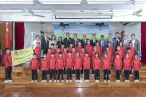 啟動禮的一眾嘉賓與獲選參加日本文化交流團的有品足球大使合照。