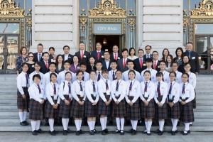 董事局成員、多位東華三院屬校校長及學生大使參訪團成員於舊金山市政廳留影。