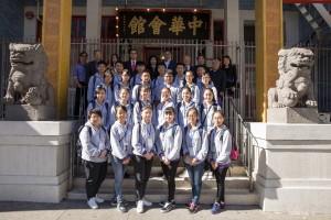 东华三院主席李鋈麟博士太平绅士(后排右五)带领东华三院学生大使参访团拜访中华会馆,让学生了解海外华人团体的功能及价值。