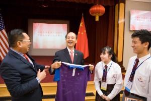 東華三院主席李鋈麟博士太平紳士(左一)帶領一眾學生大使拜訪中國駐舊金山領事館,與羅林泉總領事(左二)作交流,眾人言談甚歡。