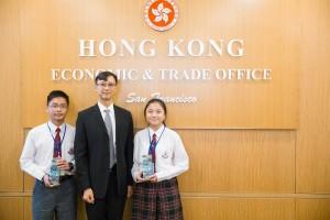 学生大使参访团成员拜访香港驻三藩市经贸办事处,了解香港政府的海外工作,并与香港驻三藩市经贸办事处处长蒋志豪先生(中)合照。
