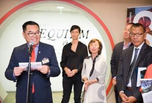 东华三院主席李鋈麟博士太平绅士(左一)于展览开幕礼上致辞。