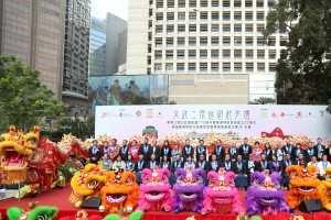 A group photo of Board Members of Tung Wah Group of Hospitals and guests with the golden dragon and auspicious lions.