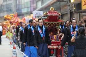 Led by the 2 divine sedan chairs conveying the Man Cheong (the God of Civil) and Mo Ti (the God of Martial) and the Board Members of Tung Wah Group of Hospitals, the procession headed towards Man Mo Temple.