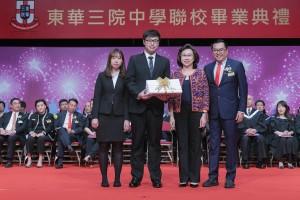 東華三院主席兼名譽校監李鋈麟博士太平紳士和教育局常任秘書長楊何蓓茵太平紳士頒發畢業證書予畢業學生代表。