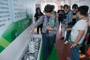 參加者親身體驗花園葬禮,將「模擬骨灰」撒放於特別製作的花園槽上。