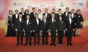 图一为东华三院主席李鋈麟博士太平绅士(前排左三)联同董事局成员,与民政事务局局长刘江华太平绅士(前排左四)一同于「欢乐满东华」酒会上合照。