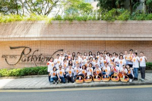 「慈善曲奇義賣日」的義工團隊於香港陽明山莊合照。