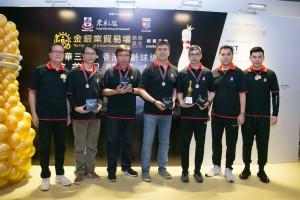 图三为东华三院谭镇国副主席(右一)及筹委会主席暨东华三院总理区宇凡先生(左一)及颁奖予队际杯冠军的得奖队伍。