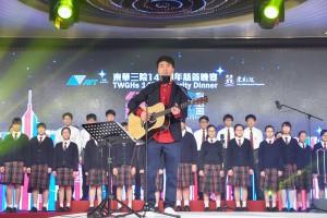 圖八為歌手黃劍文先生聯同東華三院學生演唱多首燴炙人口的本地金曲,喚起屬於香港人的集體回憶。