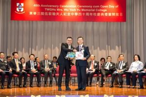 東華三院主席兼名譽校監李鋈麟博士太平紳士(左)致送紀念品予香港考試及評核局秘書長蘇國生博士(右)。