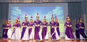 學生於東華三院盧幹庭紀念中學30周年校慶典禮上表演。