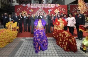 圖一為東華三院主席李鋈麟博士太平紳士(左九)、第一副主席王賢誌先生(左四)及其他嘉賓主持點睛儀式。