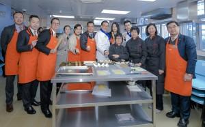 图二︰本院董事局成员与学生一同制作曲奇饼的情况。