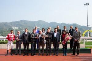 東華三院主席李鋈麟博士太平紳士(前排右三)與馬匹「紅旗星將」的馬主、練馬師及騎師合照
