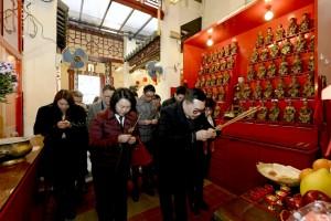 東華三院主席李鋈麟博士太平紳士(右一)與各位嘉賓於廣福祠內奉香。
