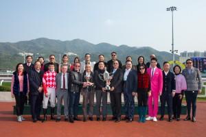東華三院主席李鋈麟博士太平紳士(前排右六)及一眾董事局成員與馬匹「紅旗星將」的馬主、練馬師及騎師合照