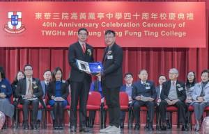 东华三院第五副主席马清扬先生(左)致送纪念品予主礼嘉宾香港资优教育学苑院长吴大琪教授(右)。