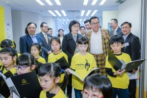東華三院主席李鋈麟博士太平紳士(右二)及董事局成員與中心主任參  觀音樂課堂。