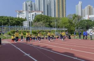 學生於跑道上全力以赴,投入競賽。