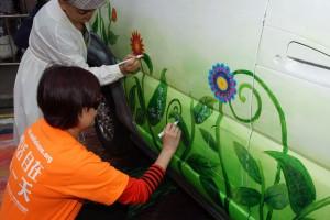 市民在藝術家帶領下在老爺車車身上進行創作。