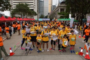 约500名参赛者在中环遮打道行人专用区出发,参加「Cheer Up」城市定向比赛。