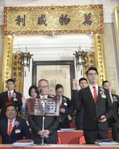 圖一:東華三院戊戌年董事局主席王賢誌先生(前排右一)聯同其他董事局成員宣誓就職。