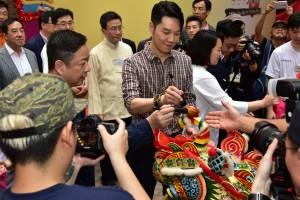 東華三院主席王賢誌先生為麒麟點睛。